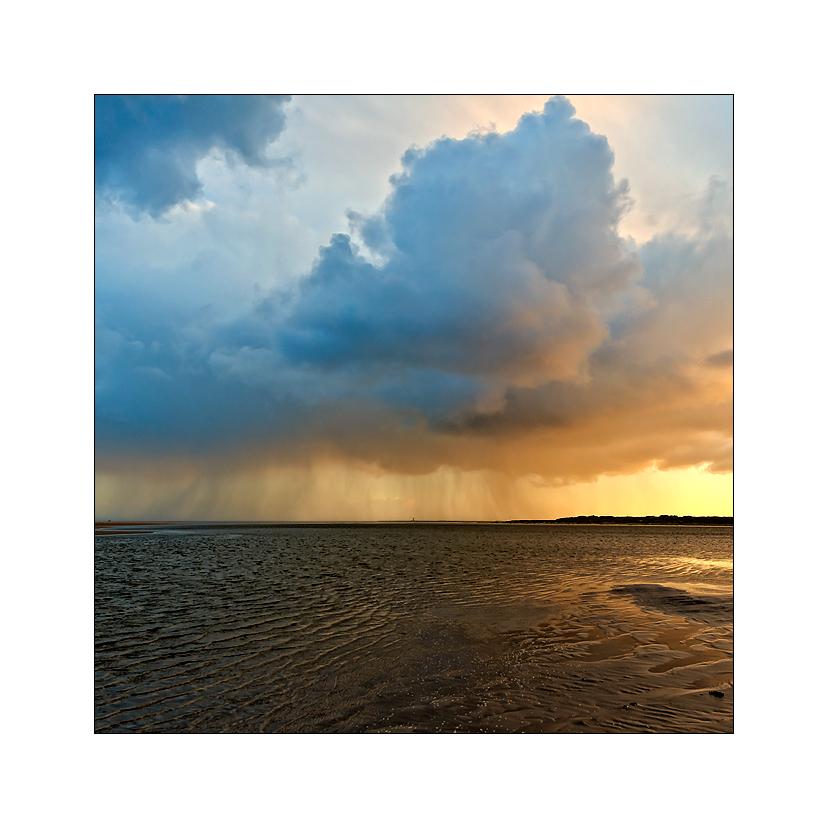 der westerheversandleuchtturm in sonne, wolken und regen