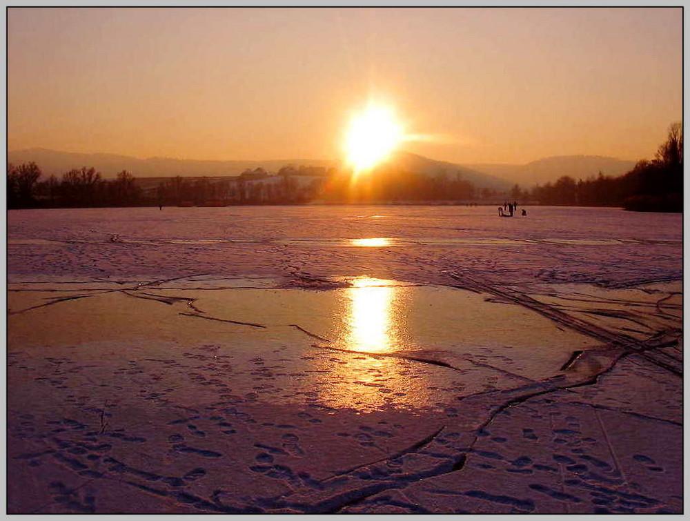 Der zugefrorene Breitenauer See an einem Winternachmittag