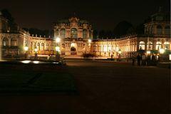 Der Zwinger zu Dresden bei Nacht