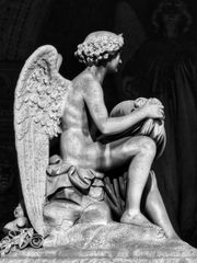 Des anges nus sur des tombes!