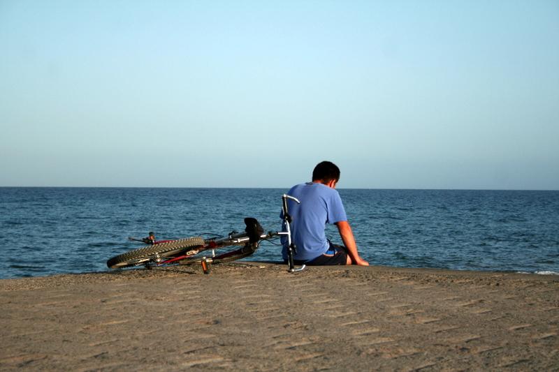 Descansado frente al mar