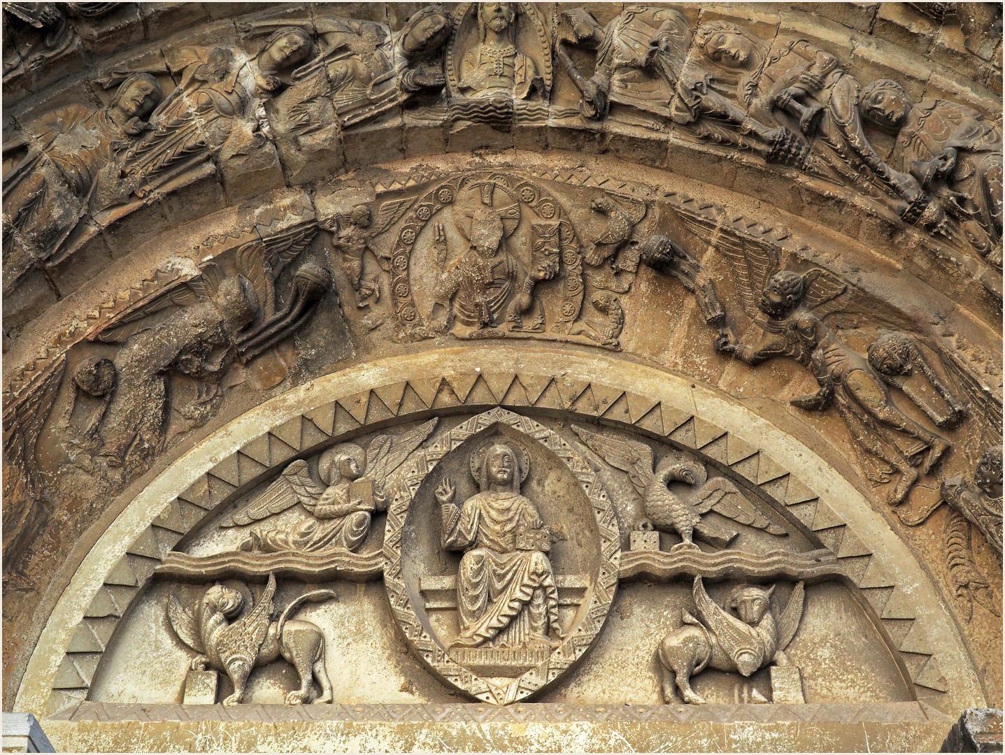Détail du tympan  --  Eglise Saint-Nicolas de Civray (XIIème)