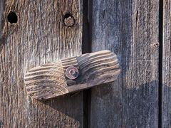 Detailansicht eines alten hölzernen Türriegels