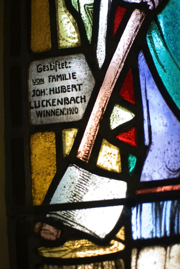 Detailansicht eines Fensters mit Widmung in St. Martin