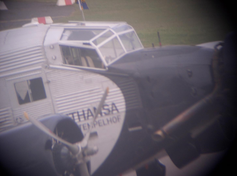 Details der Ju 52 durchs Fernglas fotografiert