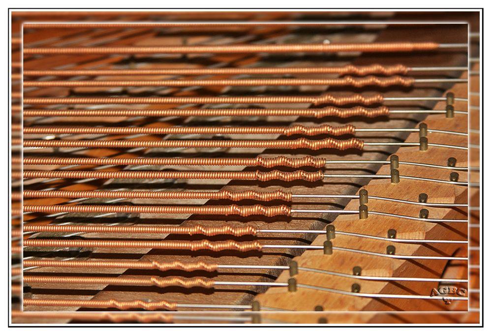 Detalle de las cuerdas de un piano