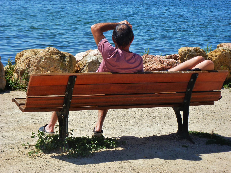 Détente sur un banc  en regardant la mer