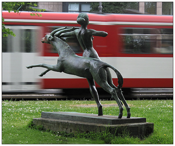 Diana mit fahrender Straßenbahn