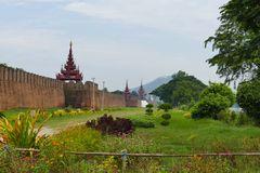 ...dicke Mauern um den Königspalast...