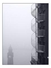 Die 2 Türme, das Wasser und der Nebel