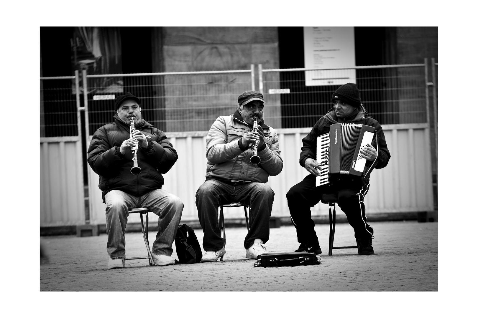Die 3 Herren vor dem Bauzaun