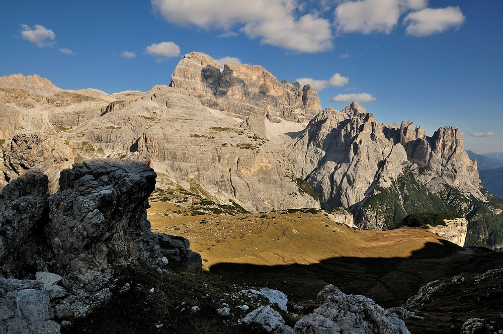 Die Abendsonne lässt die Berge in den Sextener Dolomiten...
