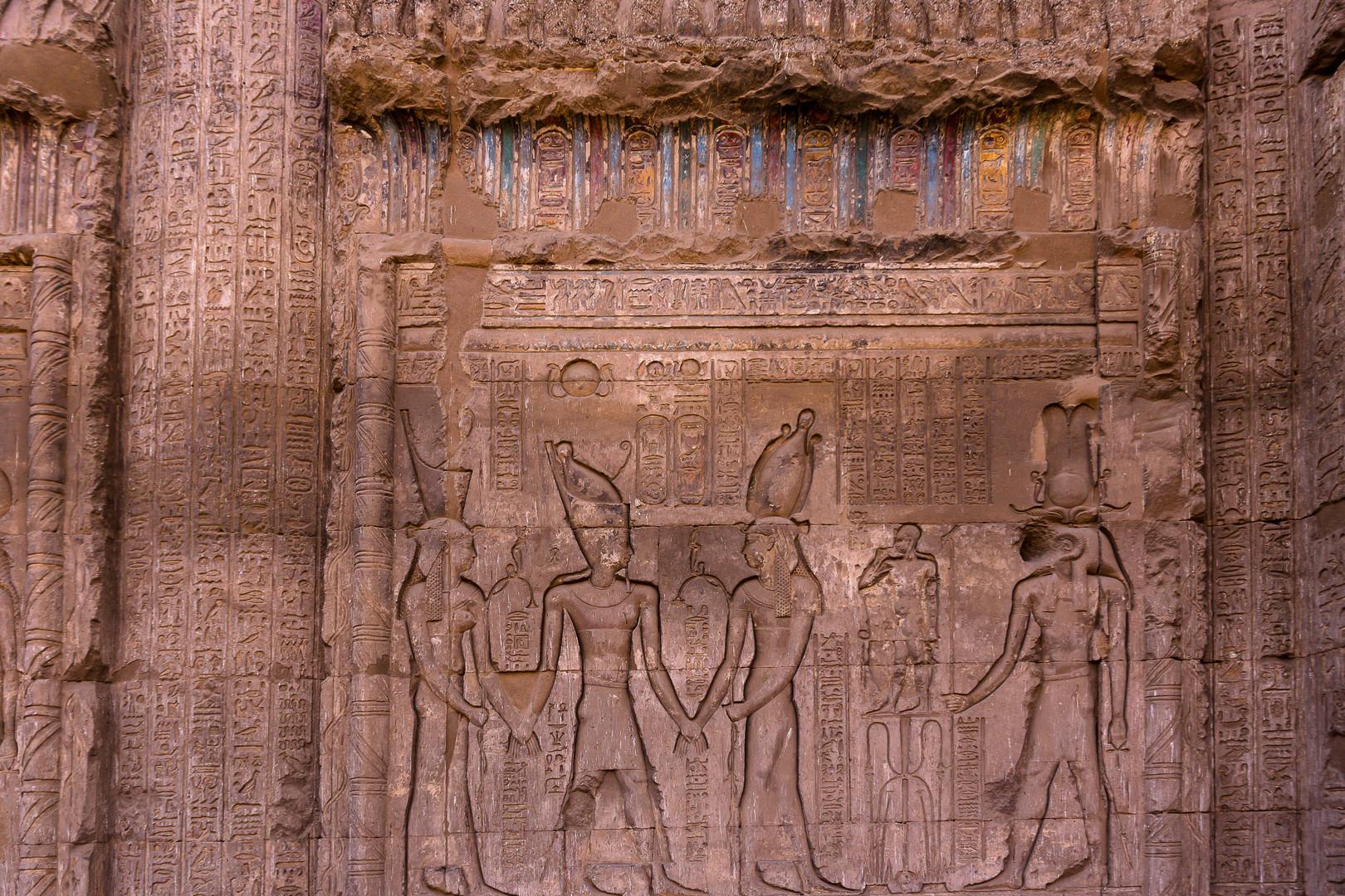 die ägyptischen götter wadjet und nechbet führen den römischen kaier tiberius zum gott chnum