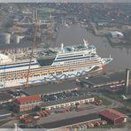 Die AIDA diva am Ausrüstungskai in Emden.