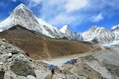 Die Alp Gorak Shep (5140 m) mit Kala Pattar (5545 m) und Pumori (7161 m)