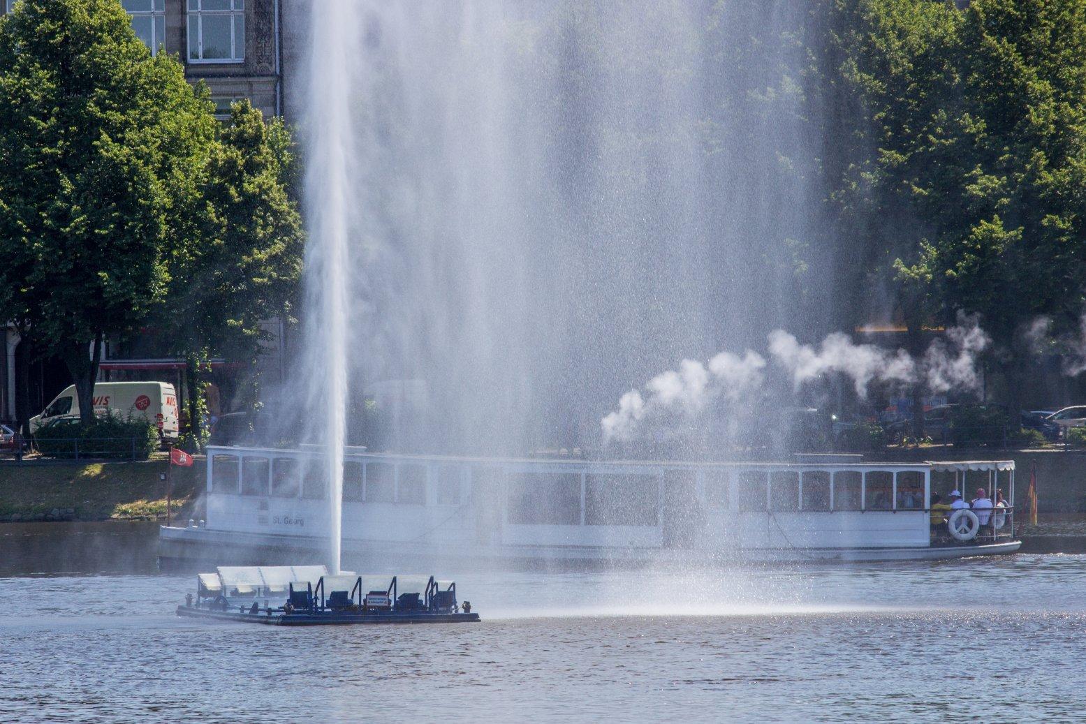 Die Alsterfontäne und das Dampfschiff