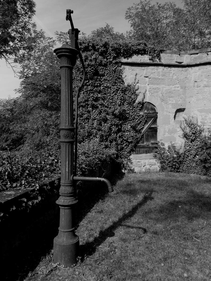 Die alte Pumpe vor dem Tore