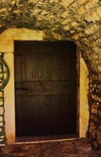 die alte Tür umgeben von Mauerwerk