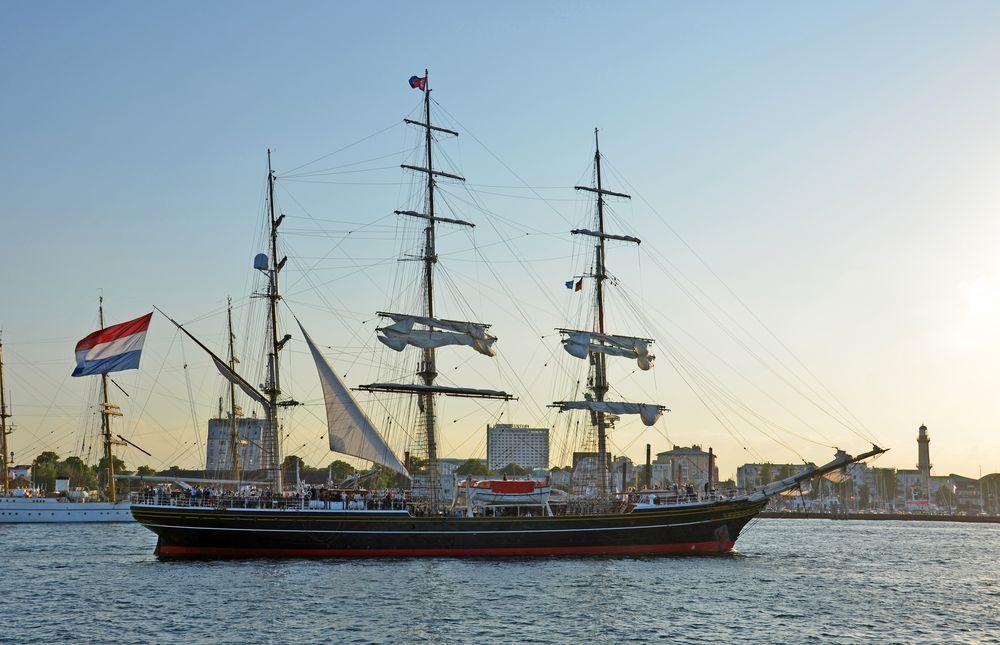 """Die """"Amsterdam"""" beim Auslaufen von Warnemünde zur Hanse Sail 2014"""