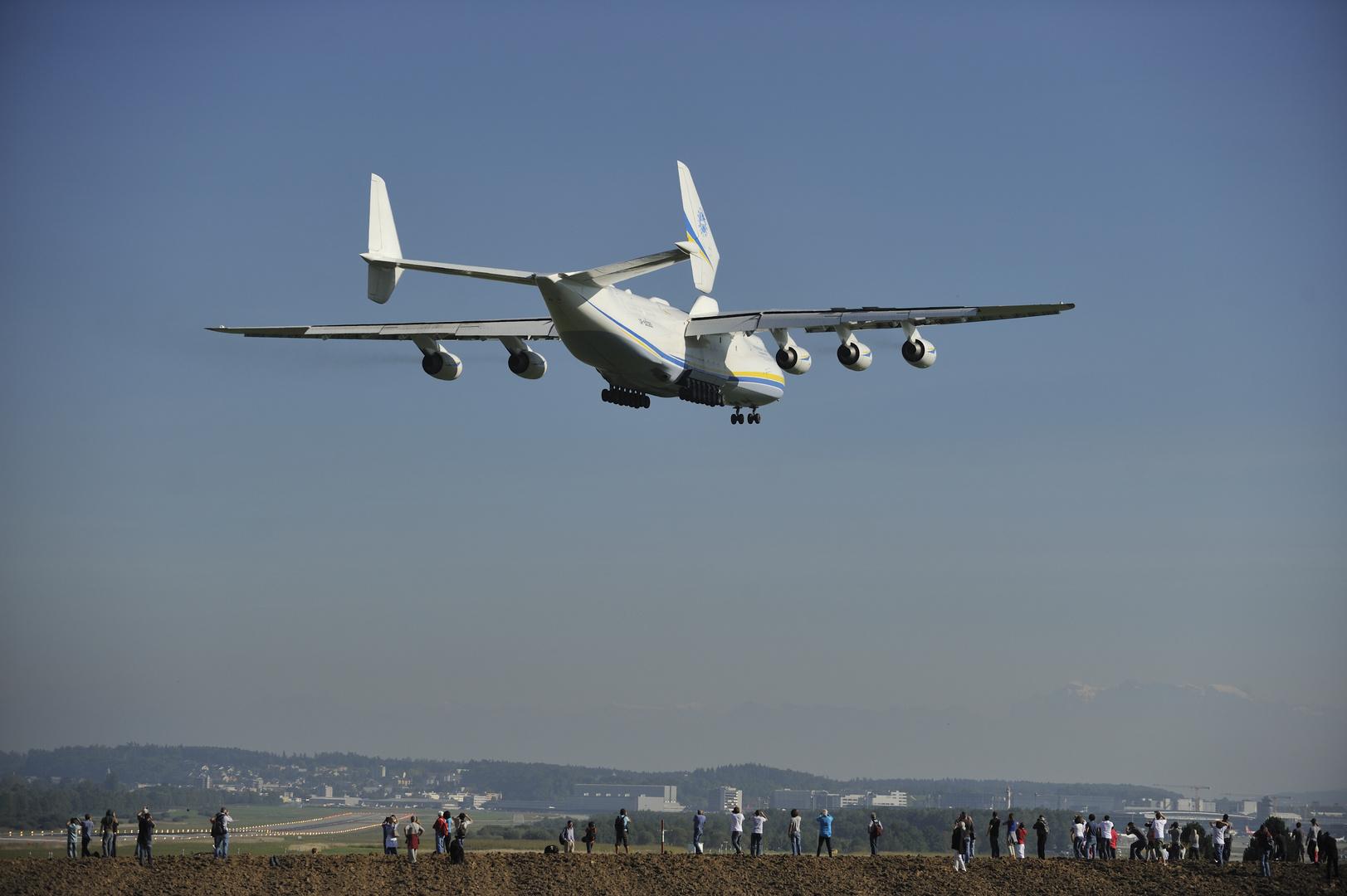 Die Antonov kurz vor der Landung in Zürich-Kloten