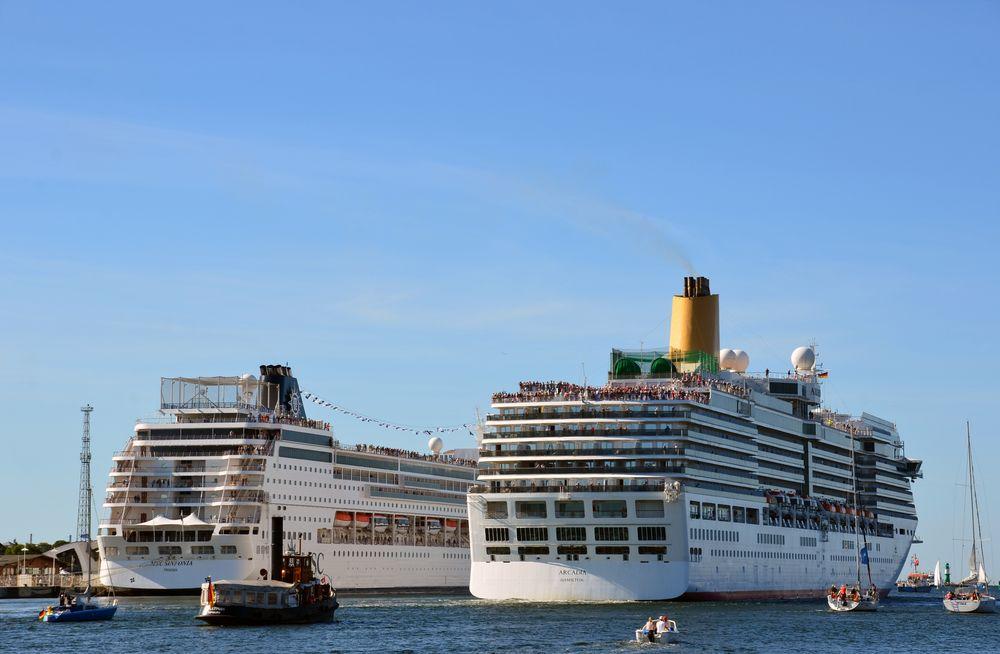 """Die """"Arcadia"""" läuft zur Hanse Sail 2015 von Warnemünde aus"""