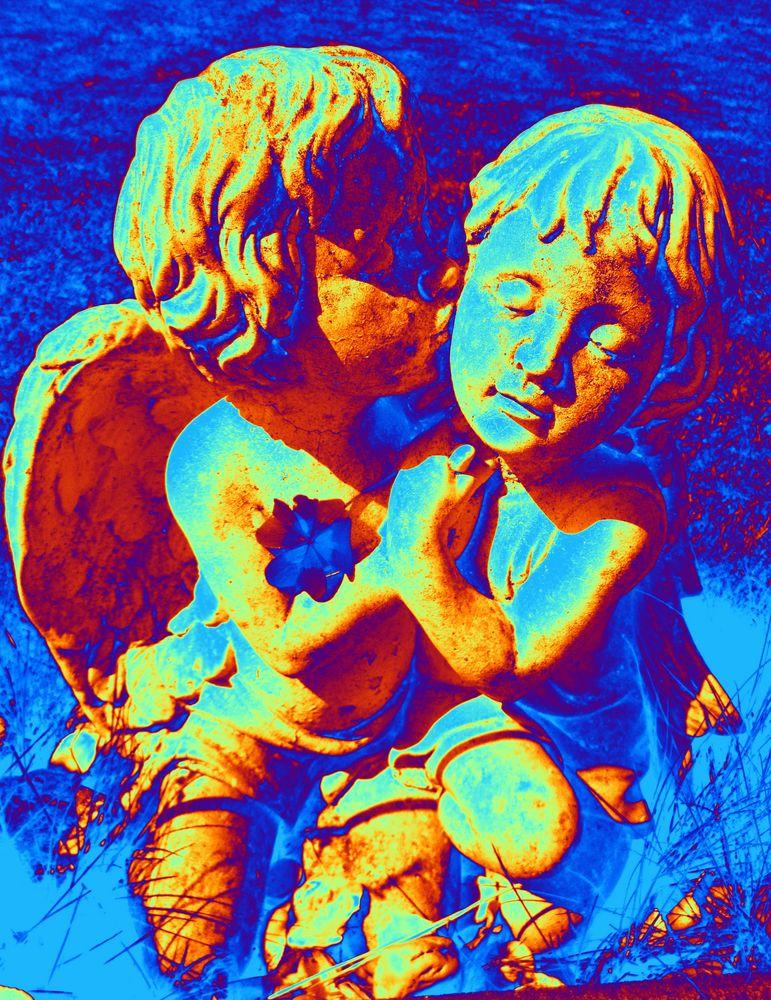 Die beiden knuschenden Engel haben sich im Garten versteckt