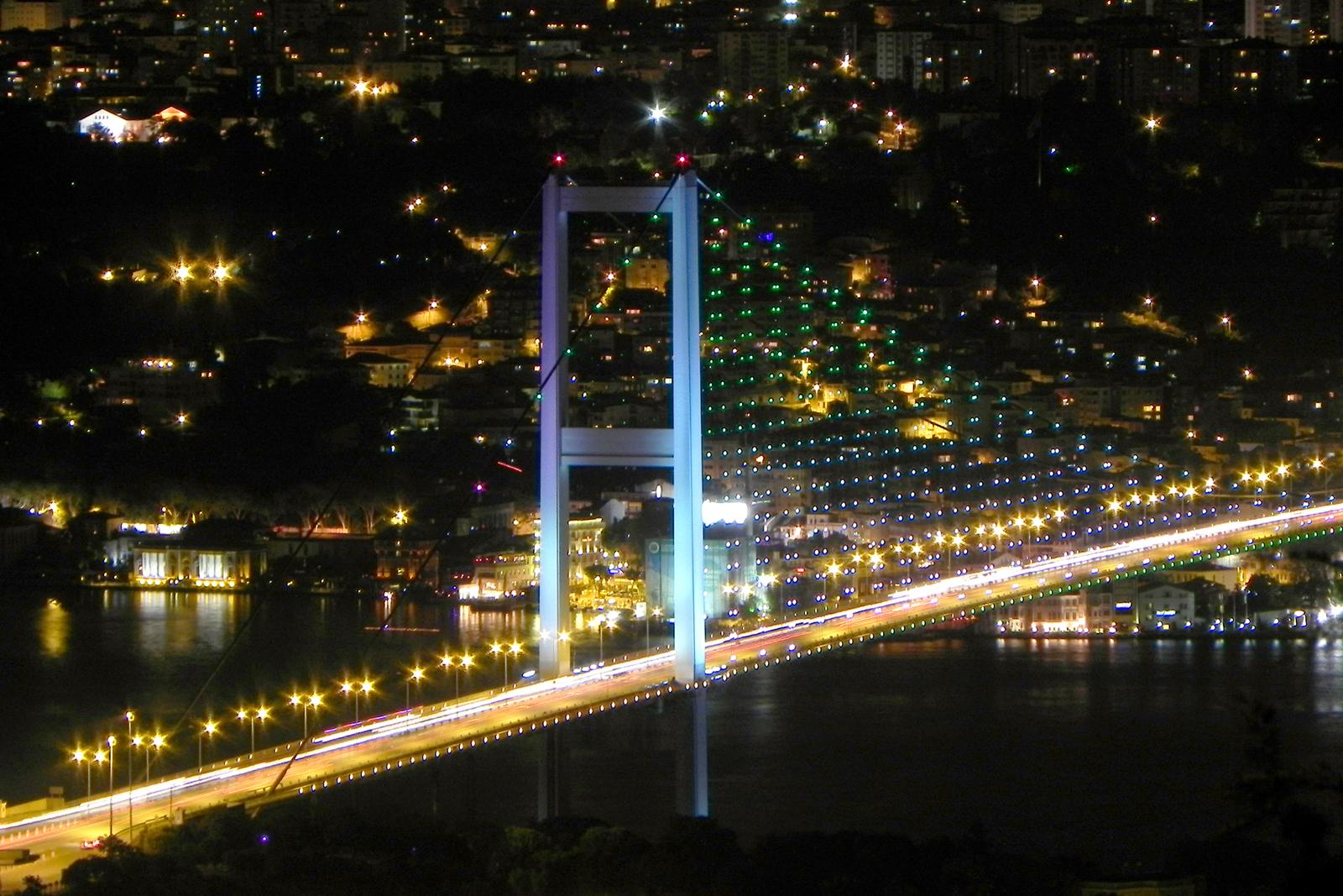 Die blaue Bosporusbrücke