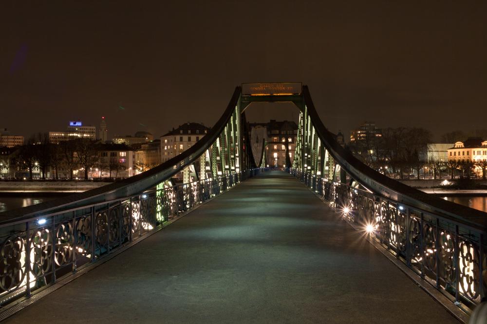 Die Brücke über den Fluß