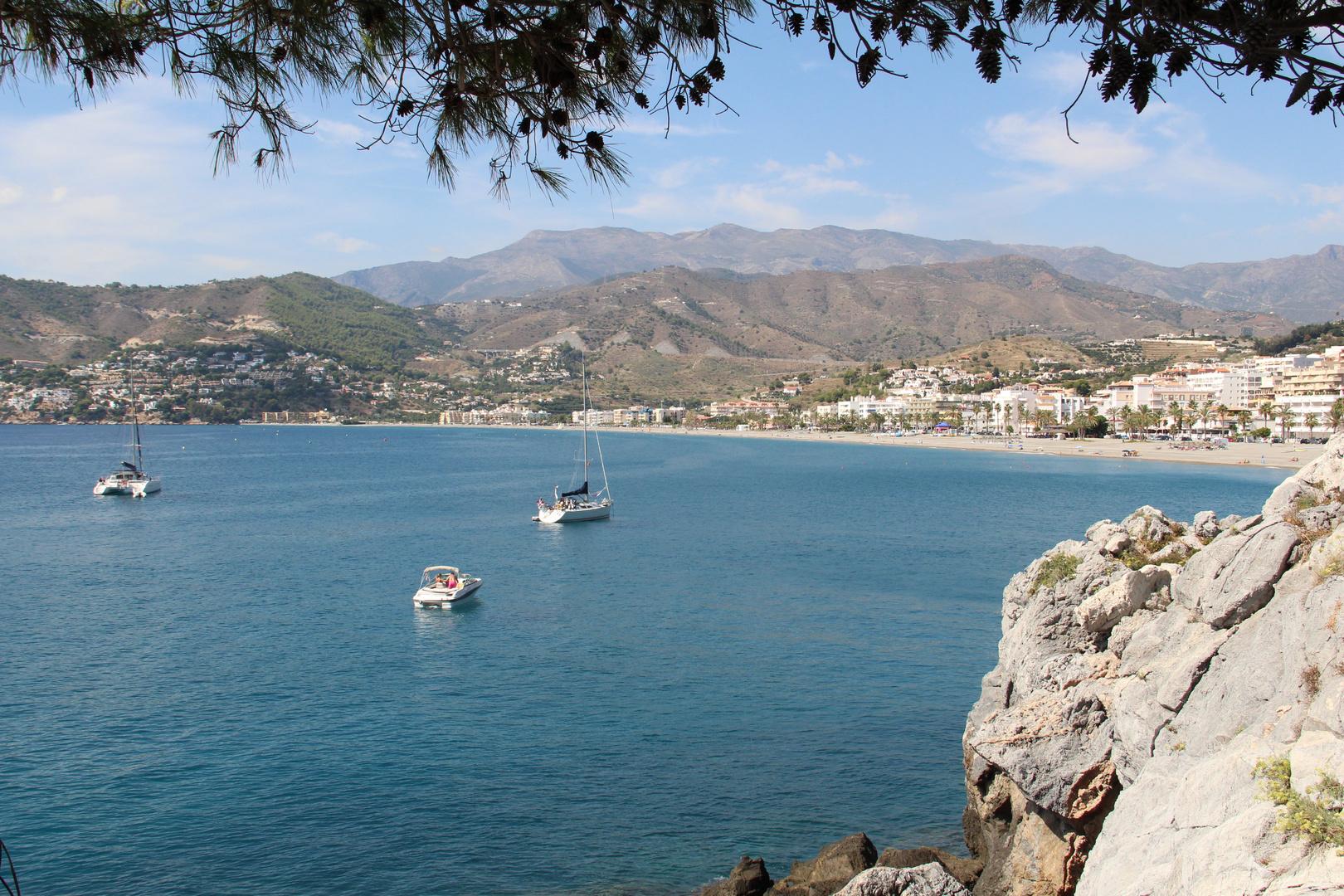 Die Bucht von La Herradura, im Hintergrund die Berge der Sierra de Tejada.