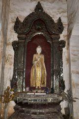...die Buddhastatue im Maha Aung Mye Bonzan Kloster...
