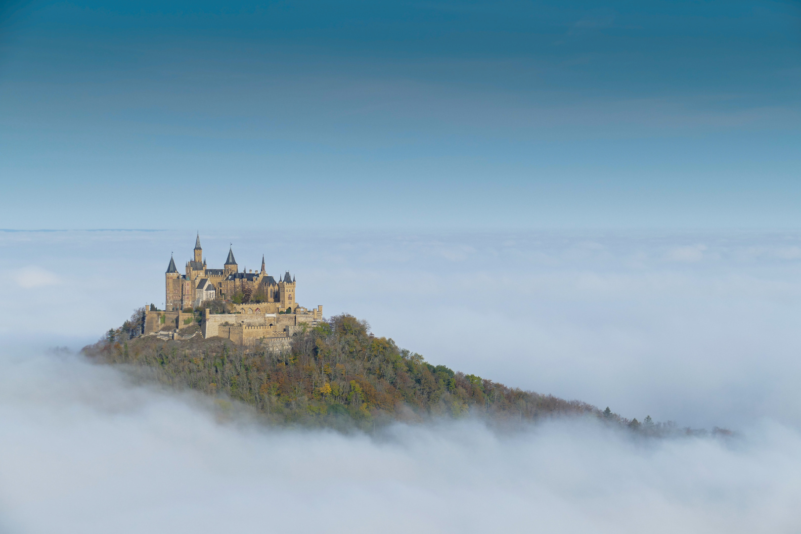 Die Burg Hohenzollern über dem Nebelmeer