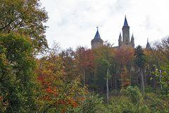Die Burg ist durch eine schöne Herbstlandschaft zu erreichen