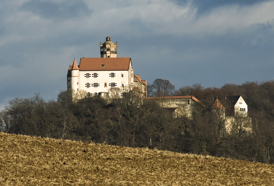 Die Burgmauer scheint schon ganz nah zu sein.