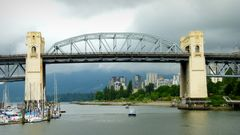 Die Burrard Street Bridge in Vancouver