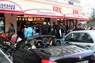 Die Cabrio- und Eissaison ist wieder eröffnet (Noch eine Straßenecke in Favoriten)