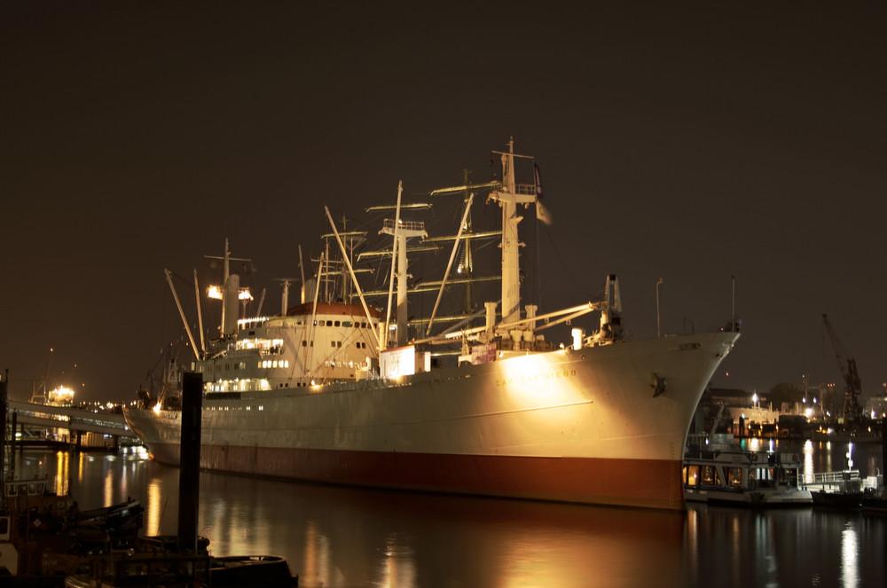 Die Cap San Diego bei Nacht im Hamburger Hafen