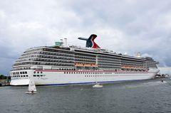 """Die """"Carnival Legend"""" am Passagierkai in Warnemünde zur Hanse Sail 2013"""