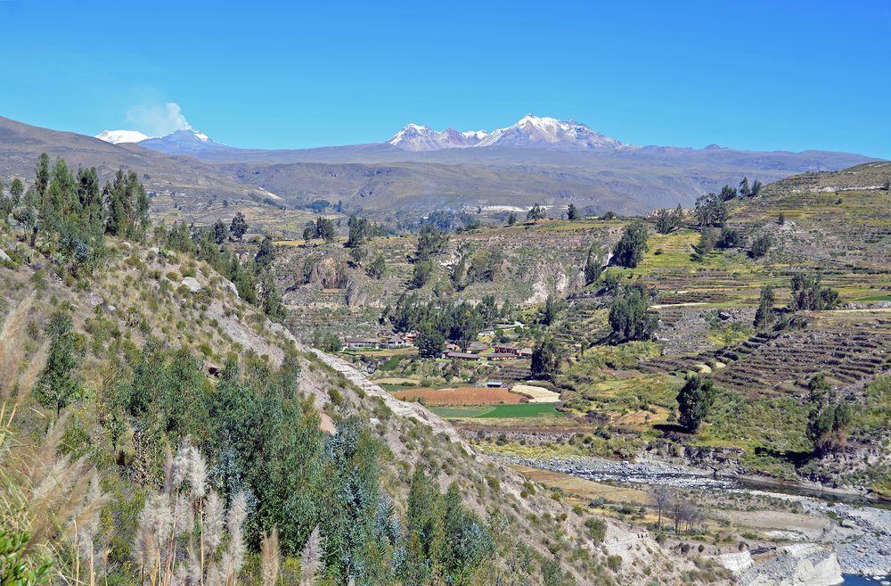 Die Colca-Region mit den Vulkanen Sabancaya und Hualca Hualca