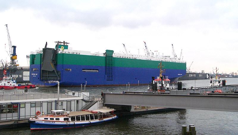 Die CRISTAL RAY verlässt Hamburg.