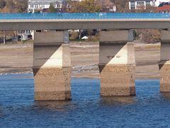 Die Delecker Brücke - nur noch mit den Füßen im Wasser.