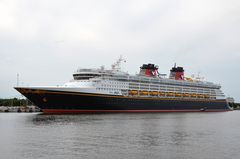 "Die ""Disney Magic"" liegt erstmals in Warnemünde"