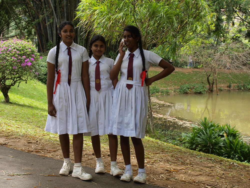 Drei Hungrige Schulmädchen