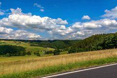 Die Eifel unter blau weißem Himmel