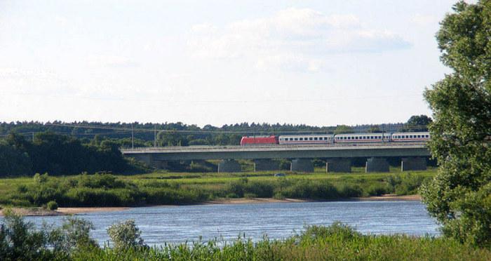 die Eisenbahnbrücke über der Elbe
