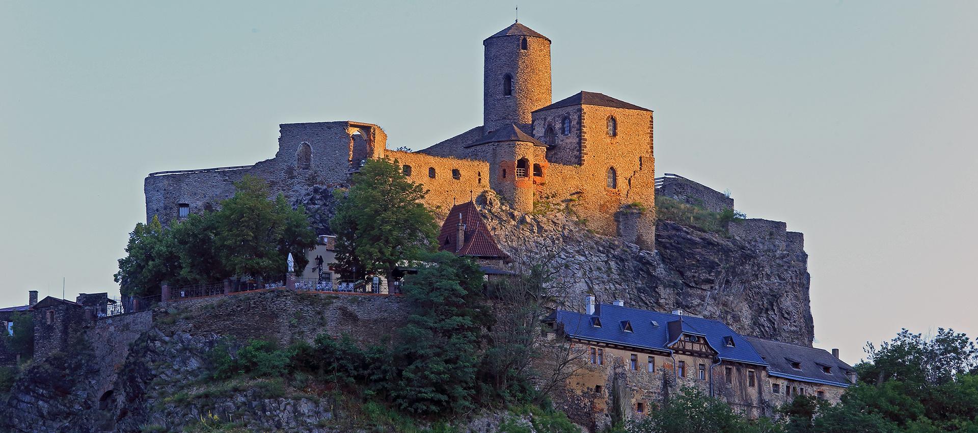 Die ersten Sonnenstrahlen lagen auf der Burg, als ich 6.45 Uhr...