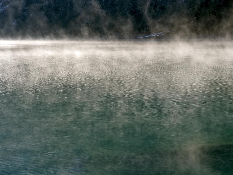 Die ersten Sonnenstrahlen vertreiben den Nebel. - La lumière est plus forte que les ténèbres...