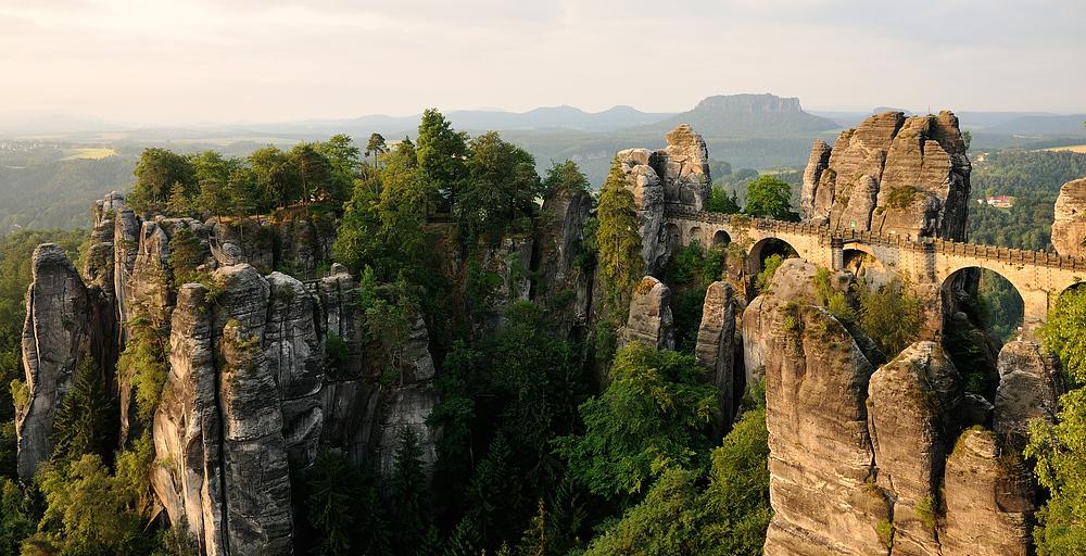 Die Felsenburg Neurathen (links im Bild) und die Basteibrücke (rechts im Bild)...