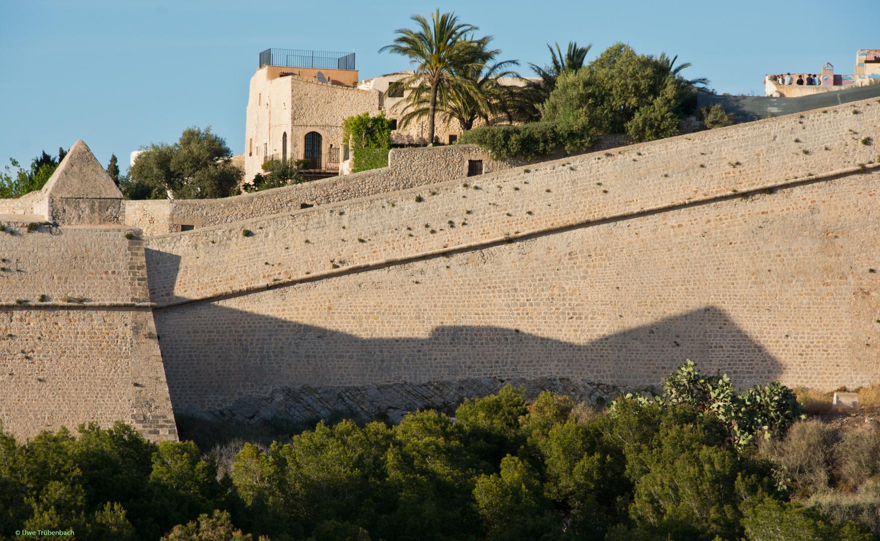 Die Festungsmauer von Eivissa in der Abendsonne