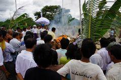 die feuerbestattung eines 90 jährigen abtes, war ein fest für die gläubigen, bagan, burma 2011