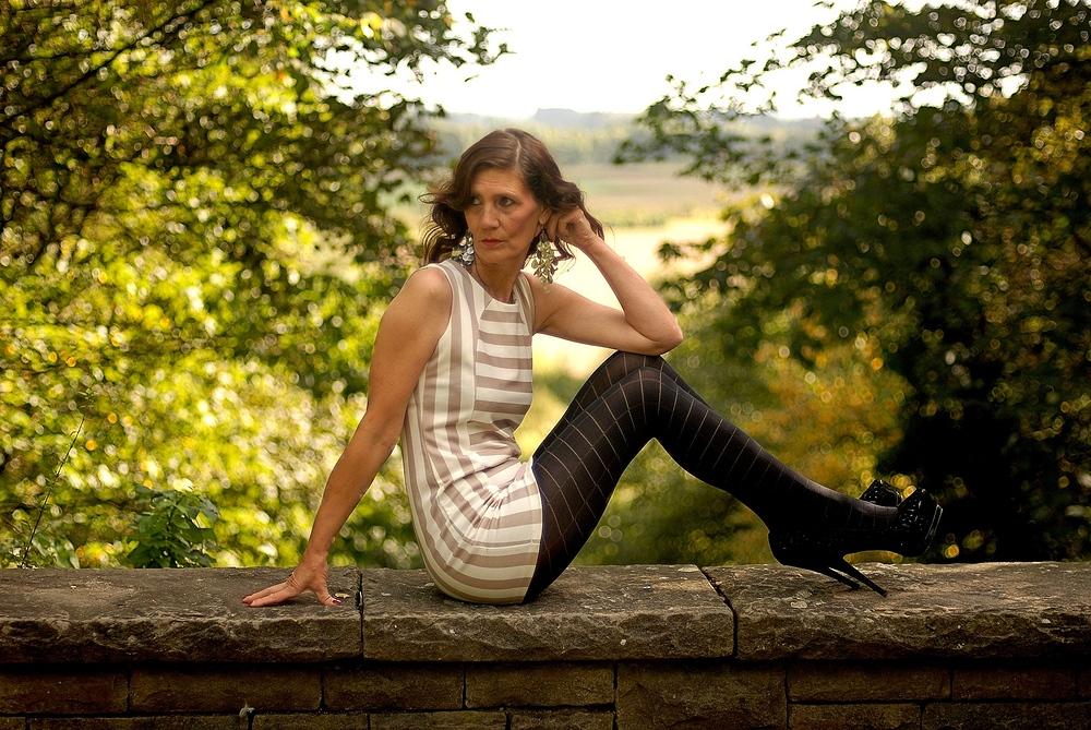 Die Frau auf der Mauer Foto & Bild | erwachsene, fashion